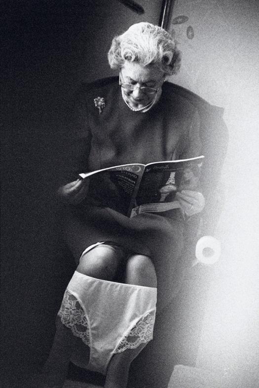 Alison Jackson: Queen on the Loo, 2003. Tintenstrahldruck 22 x 18 cm, Alison Jackson collection. Mit freundlicher Genehmigung der Schirn Kunsthalle Frankfurt