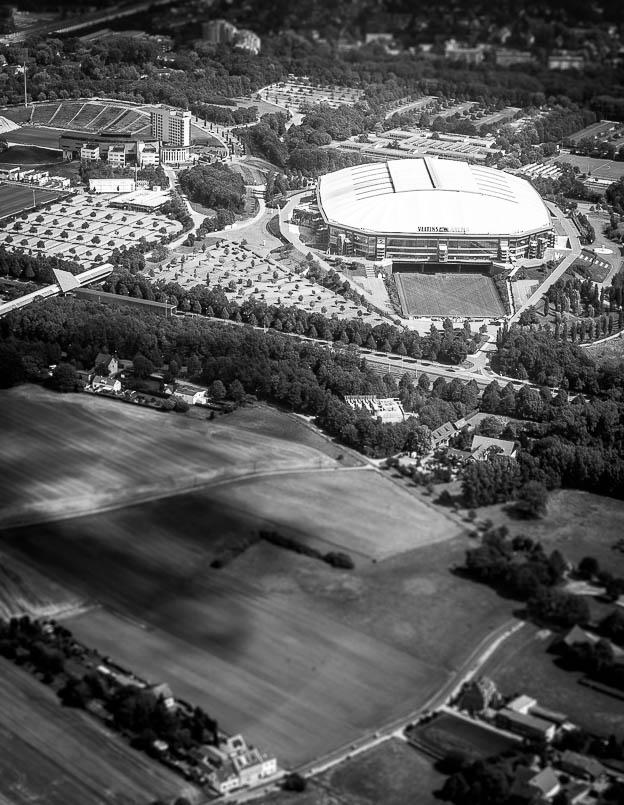 """Künftig vorgeschriebener Sicherheitsabstand """"Fotograf—Stadion"""" zum Schutz milliardenschwerer Übertragungsrechte? Veltins-Arena auf Schalke aus der Luft © Till Erdmenger – Businessfotos"""